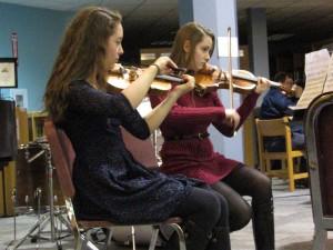 Kendall Sharpe and Selena Gratzol playing violin.